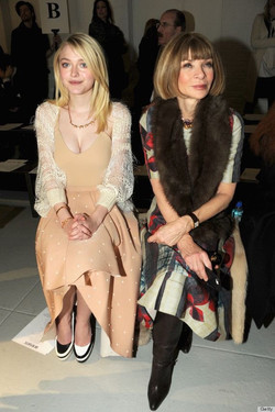 Dakota Fanning with mismatched shoes and Anna Wintour