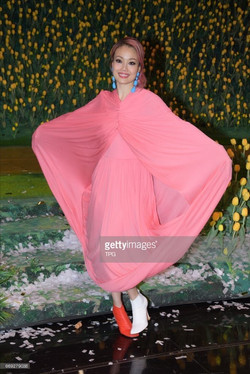 Joey Yung with mismatched shoes
