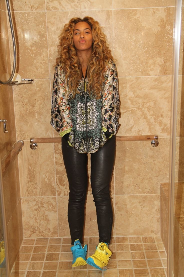 Beyonce with mismatched shoes