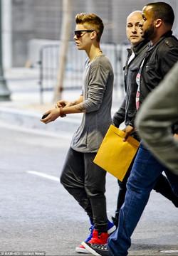 Justin Bieber in mismatched shoes