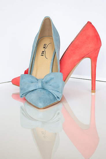 Mismatched colours suede pointy toe 10 cm heel pumps with bow from Gen Nee. Simone model, imperial red and maya blue