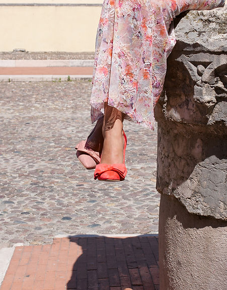 Mismatched colours suede pointy toe 10 cm heel pump from Gen Nee shoes. Andrea model, imperial red and indian red