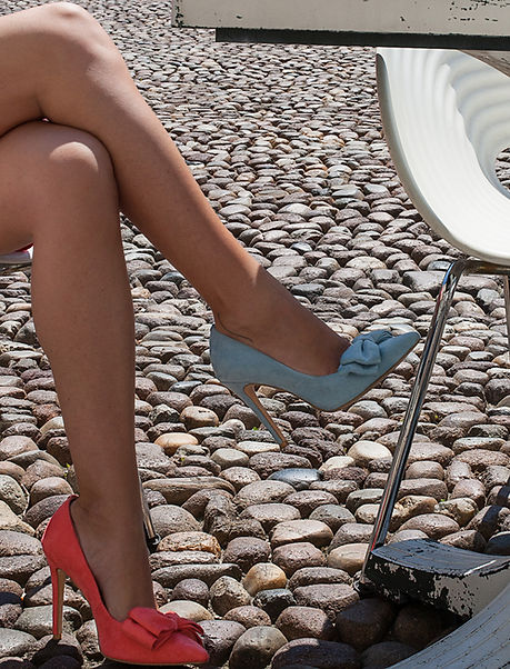 Mismatched colours suede pointy toe 10 cm heel pump from Gen Nee shoes. Simone model, imperial red and maya blue