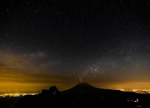 Popocatépetl por la noche a 4,800 msnm