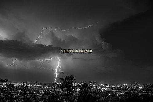 El asombroso momento justo cuando un rayo impacta la ciudad