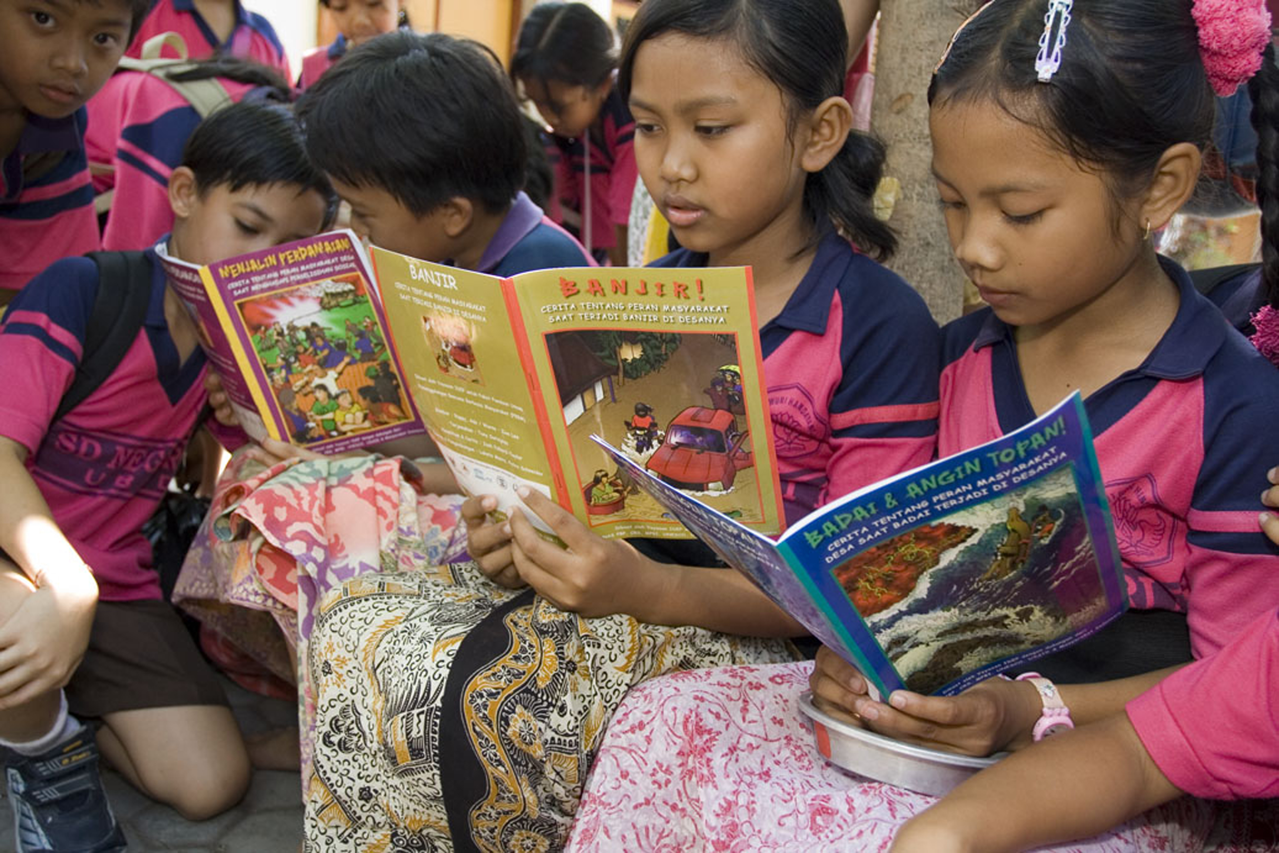 Picasa - Students at an elementary school in Ubud, Bali, read new eductional com