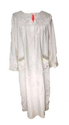 Camisón blanco ensangrentado