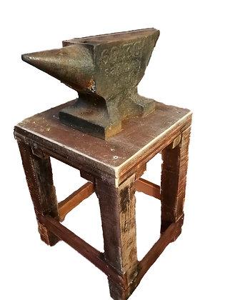 Yunque de fragua con banco de trabajo y herramientas