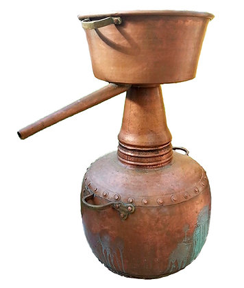 Antiguo alambique de destilación cobre