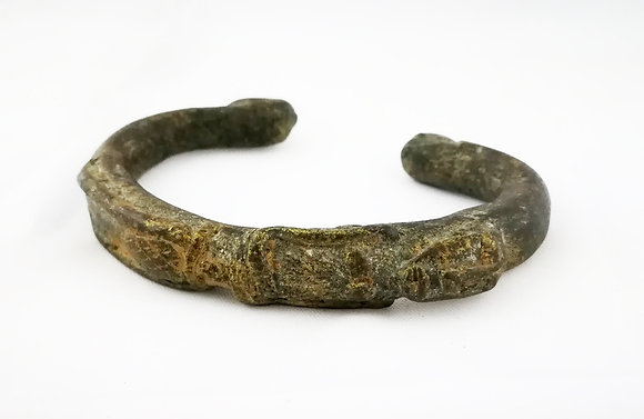 Antiguo brazalete de bronce africano