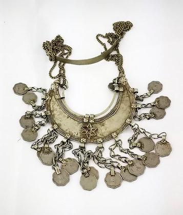 Antiguo collar indú de alpaca con monedas