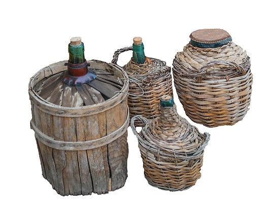 Garrafas y botellones antiguos de diferentes tamaños