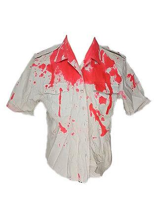 Camisa de uniforme ensangrentada