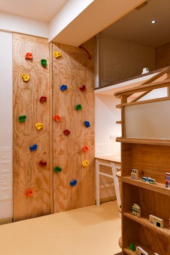 遊戲室請由16歲以上家屬陪同入內. Always be accompanied by an adult when using the playroom. And wear indoor shoes when climbing the wall.