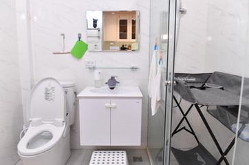 換尿布這邊請~有對屁屁溫柔的免治馬桶 Diaper changing station, as well as a modern sink and toilet for your comfort.