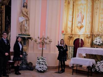 Los alumnos de 2º de Bachillerato ofrecen la beca a la Virgen de la Paz