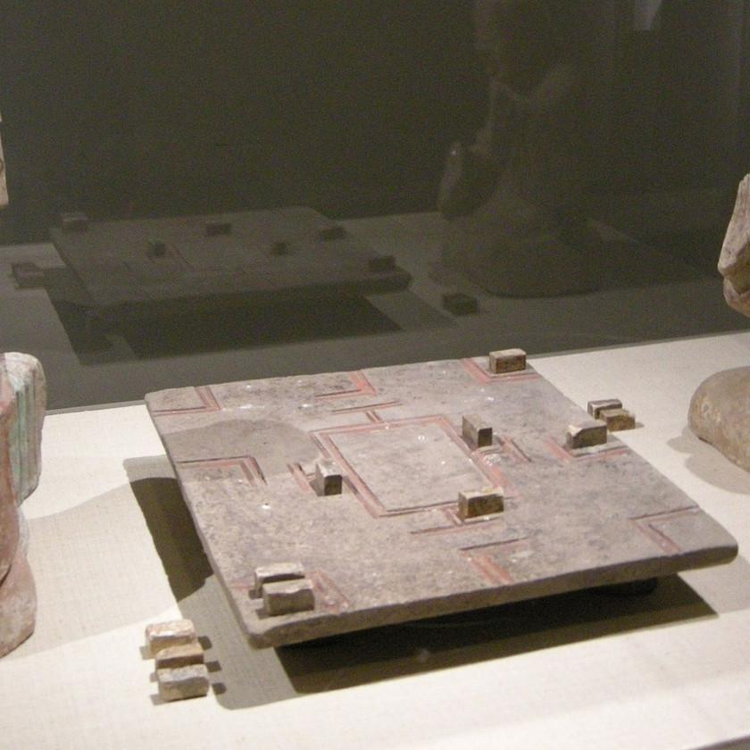 Une paire de figurines funéraires en céramique de la dynastie Han orientale (25-220 de notre ère) représentant deux hommes jouant au liubo.