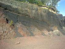 Couches de cendres volcaniques et de scories