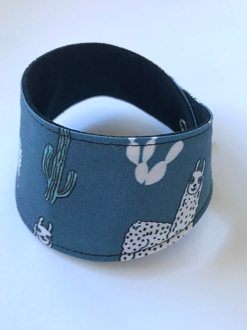 Foulard pour chats à motifs lama et cactus, fond couleur teal