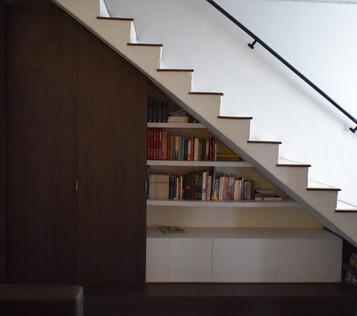 Biblioteca bajo escalera