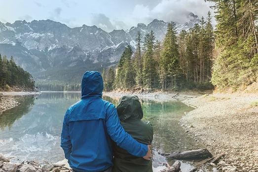 風景を見るカップル