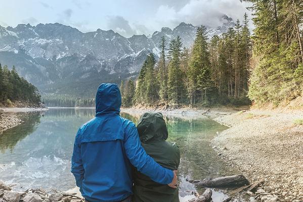 Paare, die an Landschaft Landschafts