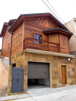 Dos pisos: piedra + madera