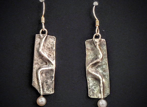Fine silver squiggly earring with pearl