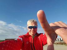 """Paweł jest znany z tego, że lubi w bieganiu przesuwać granice, skupia się na dystansie. Kilka tygodni temu wygrał w Atenach bieg na 1000 mil. Zajęło mu to 14 dni 20h 02 min i 26 sek. Podczas tego biegu pobił trzy rekordy polski: na 1000 mil, na 1000km i w biegu 10-dobowym. Paweł ma za sobą lata długich treningów, starty w maratonach, biegach 24 i 48-godzinnych. Czasem pobiegnie również regeneracyjną piątkę, np. podczas stołecznego Parkrun. Spotkałem się z Pawłem właśnie po jednym z takich biegów w piękne sobotnie przedpołudnie. Usłyszycie o tym jak ważna w bieganiu Pawła jest strategia i support oraz skupienie na celu i jak bieganie ekstremalnych odległości daje mu zdrowy dystans do treningu, relacji z ludźmi, pracy i generalnie wszystkiego co go w życiu spotyka.  Serdecznie zapraszam na rozmowę z Pawłem Żukiem   Dystrybucja Podcastu:  🎧stream/downloadhttp://www.blackhatultra.pl/  🎧Spotifyhttps://open.spotify.com/show/34rWz2JbPBkVp5jVmWgJv0  🎧iTunes (aplikacja """"Podcasts"""" w AppStor"""