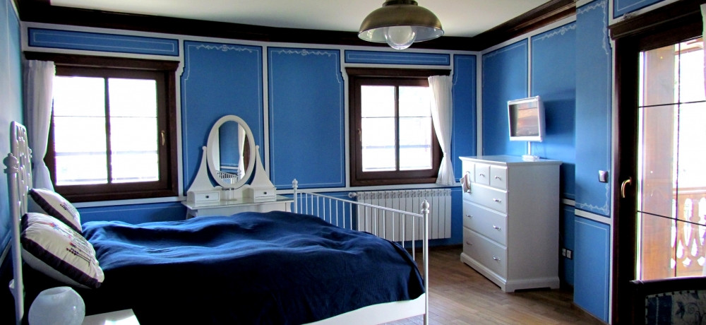 Room with blue walls and blue furnishings