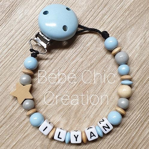 Attache sucette prénom personnalise Bleu ciel, gris et bois