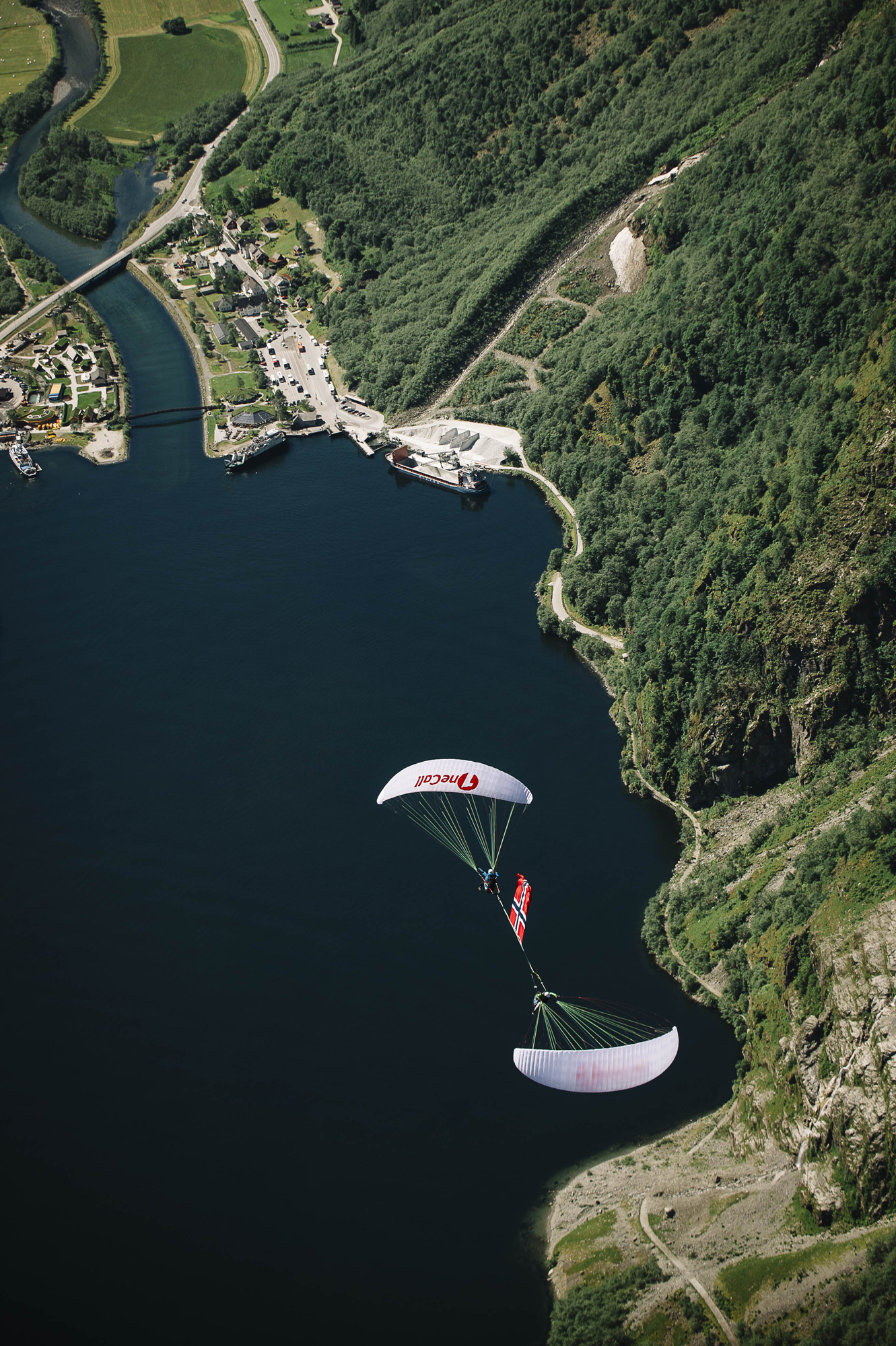 Norway Flag paragliding down plane Francois Ragolski Martin Schricke Gudvengen Picx by Emil Sollie 5