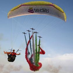 Dubai airforce jet VS Francois Ragolski paragliding