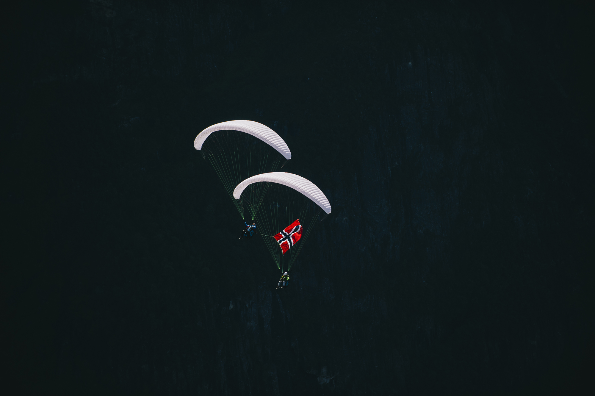 Norway Flag paragliding down plane Francois Ragolski Martin Schricke Gudvengen Picx by Emil Sollie 2