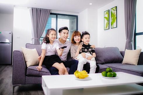 家族でテレビ.jpg