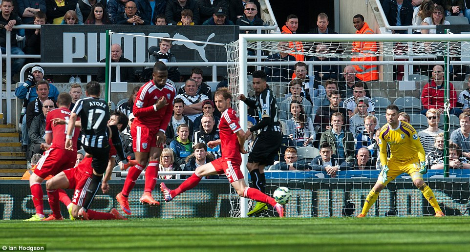 Ayoze Perez scoring the equalising goal against West Brom in May 2015 to prevent a ninth consecutive defeat. Picture courtesy of the Daily Mail.