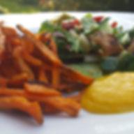 Zoete aardappelfriet met sla en appelmoes