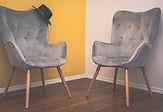 Deux chaises côte à côte, comme pour un couple