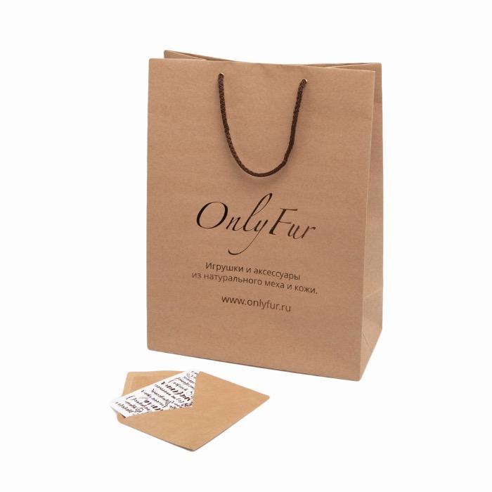 Комплект подарочной упаковки OnlyFur: крафтовый пакет и открытка.
