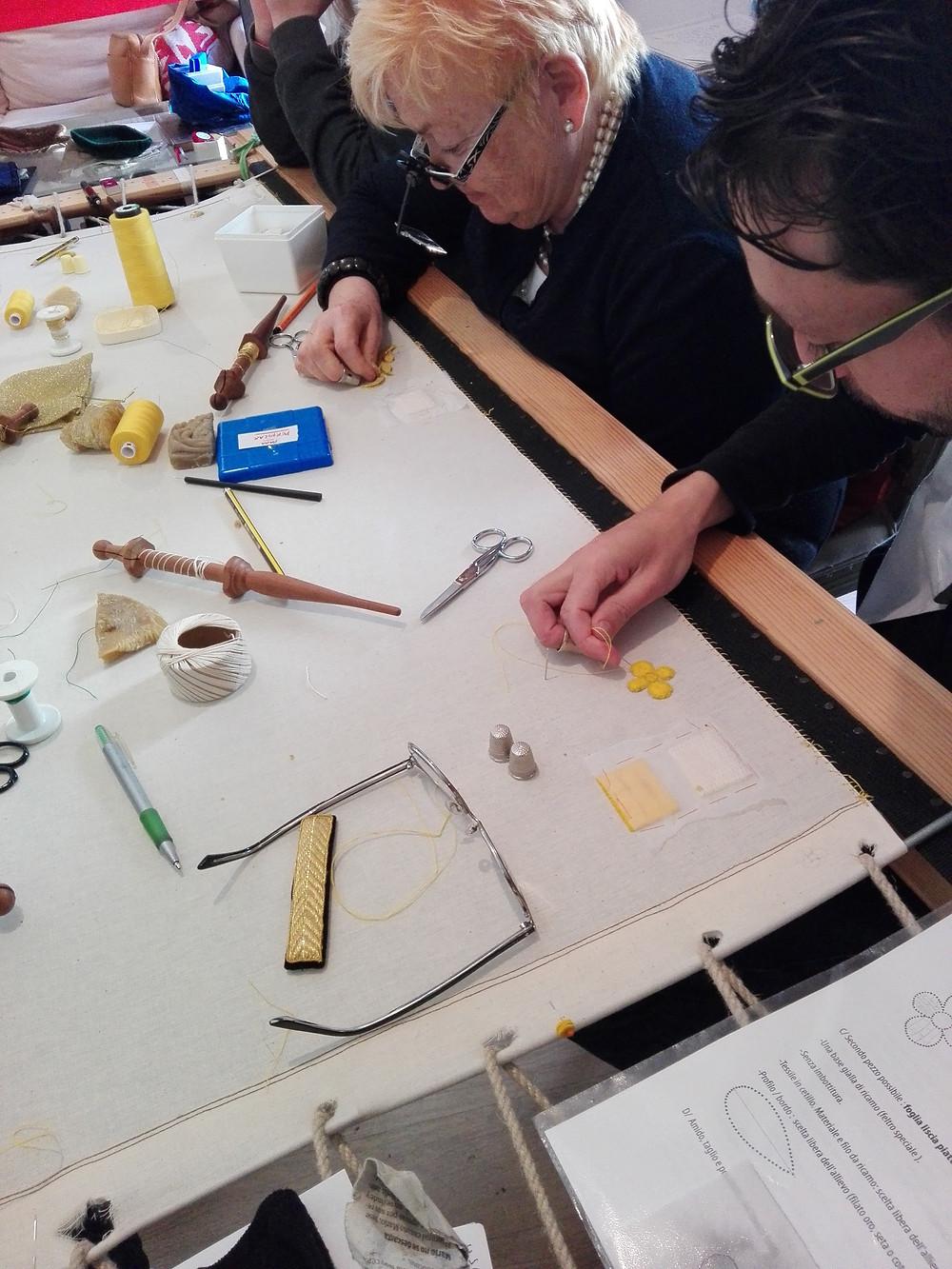 Ricamare a telaio con oro posato