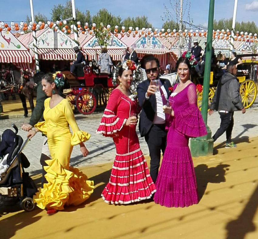 donne sivigliane alla Feria de Abril, mamma con carrozzina alla Feria in abito tradizionale da flamenca