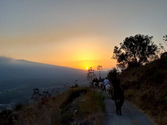 La Golden Light sull'Etna
