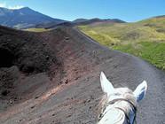 In sella sul bordo di un cratere dell'Etna