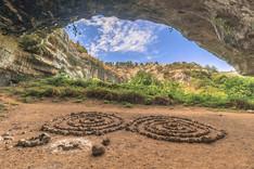 Dentro una delle Grotte della Necropoli di Pantalica