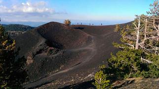 Camminando lungo il bordo di un Cratere, Etna in Mountain Bike