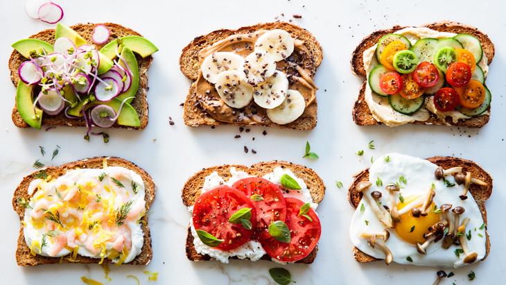 Cinq déjeuners toastés nutritifs