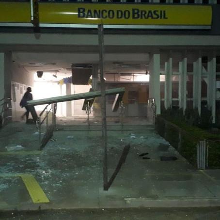 QUADRILHA TOMA RUAS E ASSALTA BANCO EM CAMETÁ, NO PARÁ. POPULAÇÃO REGISTRA TUDO