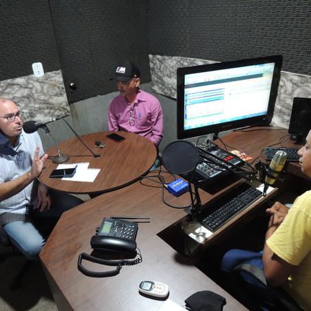 VEREADOR MANÚ, JUNTO AO SECRETÁRIO DE ESTADO, GUILHERME SALDANHA CONCEDEM ENTREVISTA EM RÁDIO