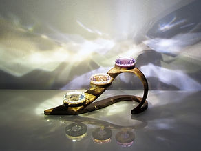 Herzbogen, Wood and Light, woodandlight, Jonas Wyniger, Kristallleuchte, Kristall Leuchten, Diamantleuchte, Diamant Leuchten, Nussbaumleuchten, Designleucnten, Handarbeit, Kreativität, Beleuchtung, Licht