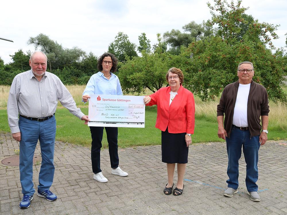 Bildunterschrift: 5.000 Euro für Sternenlichter (v.l): Gerhard Reiß (SoVD), Gabriele Pfahlert (DRK-Schwesternschaft), Roswitha Reiß (SoVD), Hans Mustroph (SoVD).